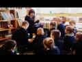 Knygą skaito mokytoja 100 knygų Lietuvai ir vaikui