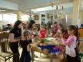 Studentės Lauryna ir Santa kuria su vaikais bibliotekoje