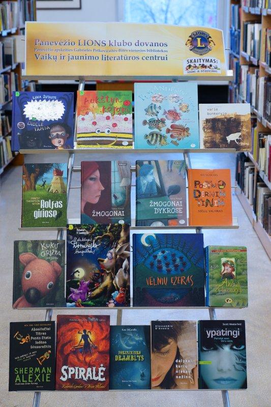 Bibliotekos Vaikų ir jaunimo literatūros centro lankytojai džiaugiasi gausiomis LIONS klubo dovanomis