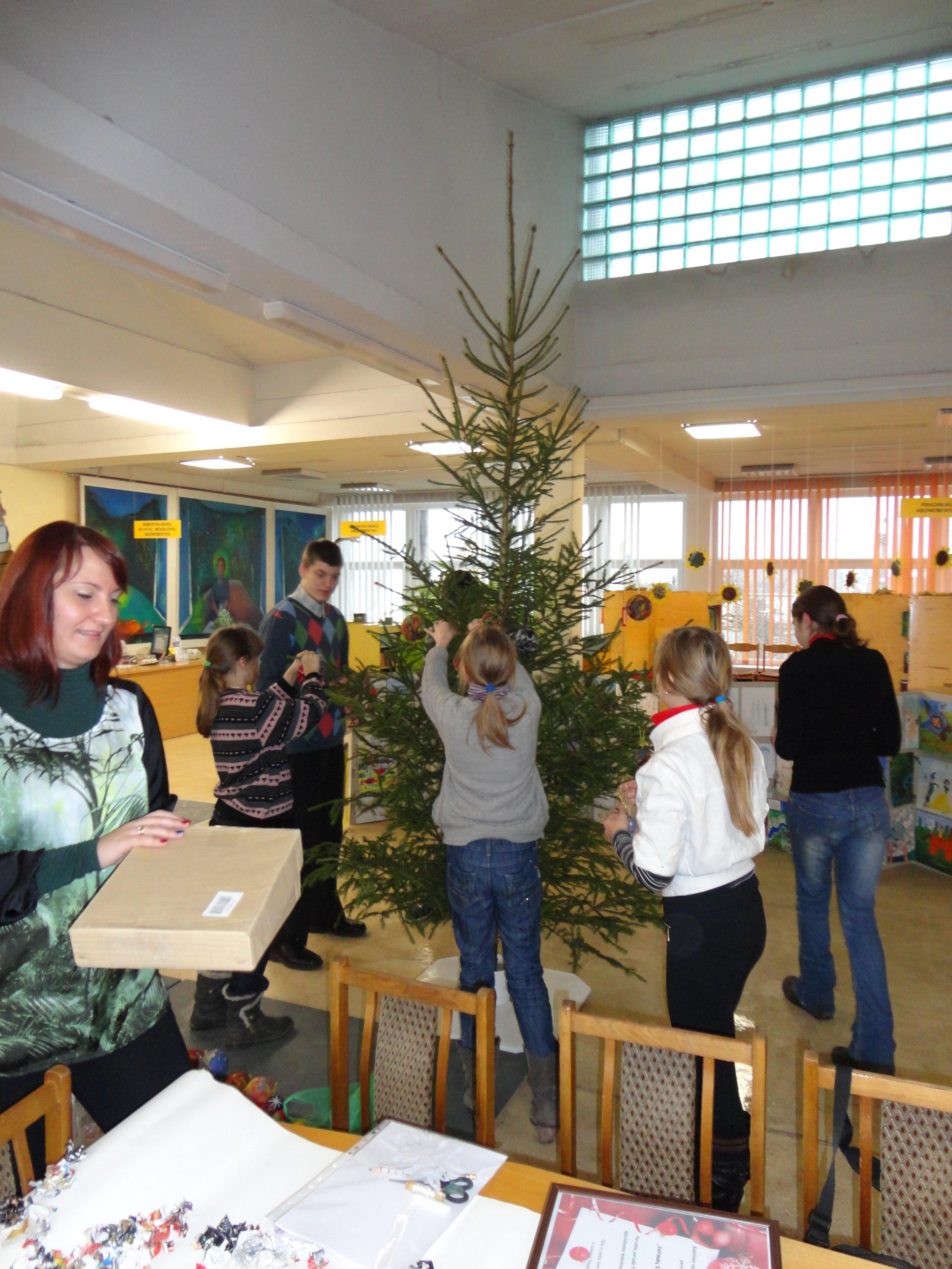 Vaikų ir jaunimo literatūros centre sužibo Kalėdų eglutė